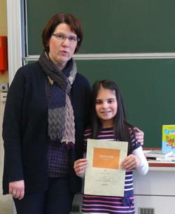 Die Schulsiegerin des Vorlesewettbewerbs 2014/15 mit Frau Mäckler